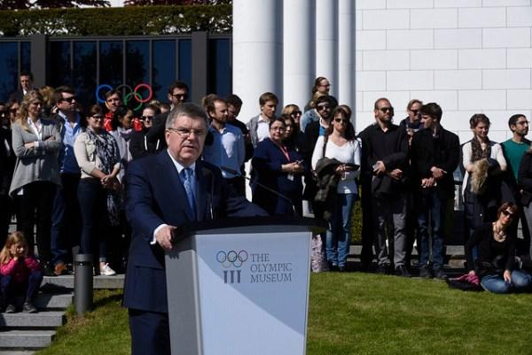 Thomas Bach, Président du CIO, lors de l'arrivée de la flamme olympique de Rio 2016 à Lausanne, le 29 avril 2016 (Crédits - IOC / A. Meylan)