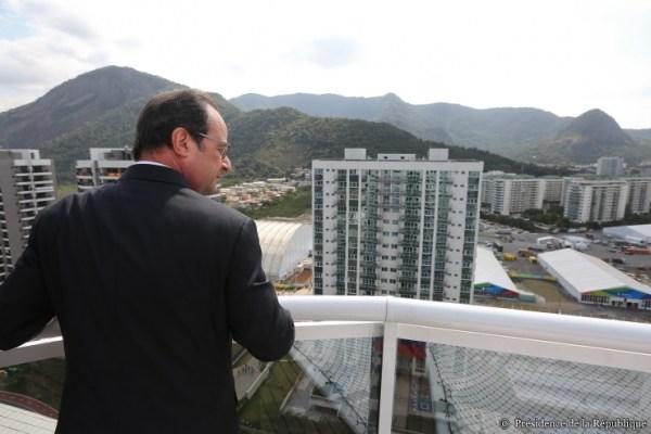 Le Président de la République en visite au Village Olympique de Rio 2016 (Crédits - Présidence de la République)