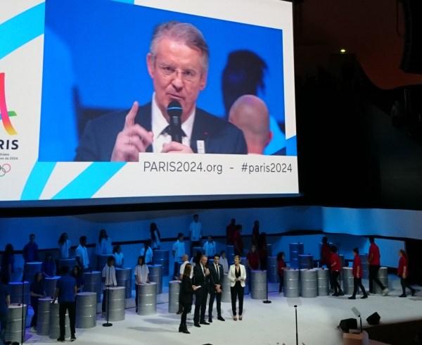 Bernard Lapasset à la tribune de la Philharmonie de Paris lors de la présentation du projet, le 17 février 2016 (Crédits - Sport & Société)