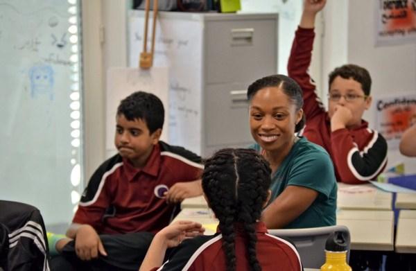 Allyson Felix en visite à la Qatar Academy de Doha (Crédits - LA 2024)