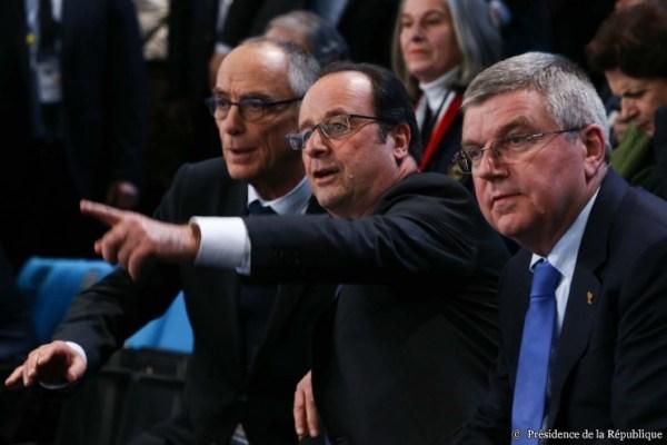 De gauche à droite, Joël Delplanque, Président de la Fédération Française de Handball ; François Hollande, Président de la République Française ; et Thomas Bach, Président du Comité International Olympique (Crédits - Présidence de la République / L. Blevennec)