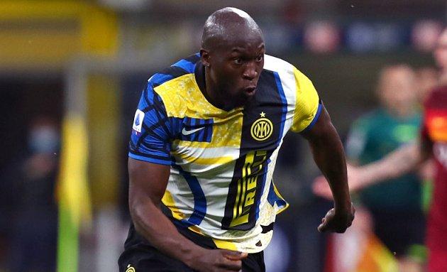 Romelu Lukaku finally flies to London to complete Chelsea return