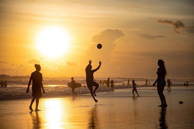 des personnes en activité physique sur une plage
