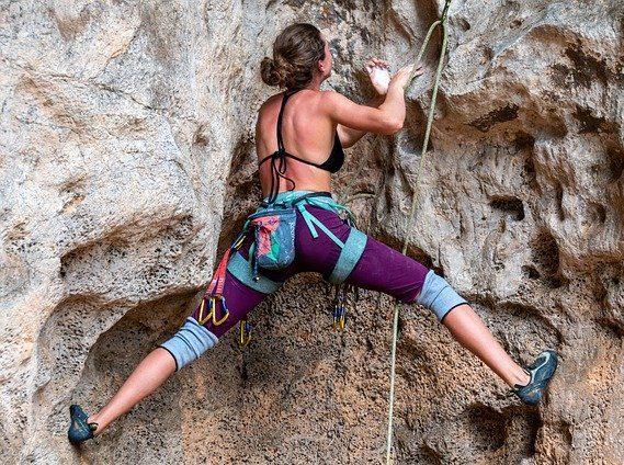 défi d'une personne qui escalade une montagne