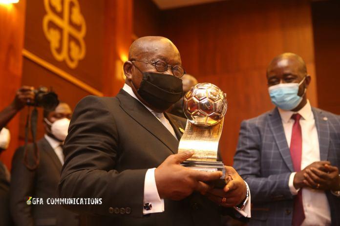 Prez Nana Addo poses with the U20 AFCON Trophy