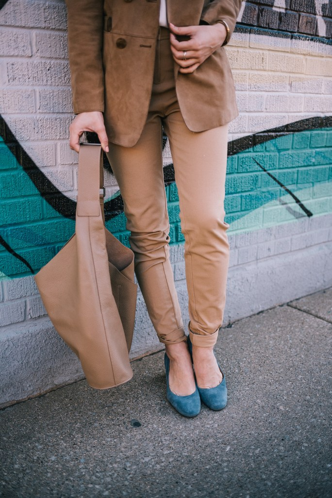 Blogger Mary Krosnjar wearing Tan suede bucket tote and Whitney Naturalizer Pump