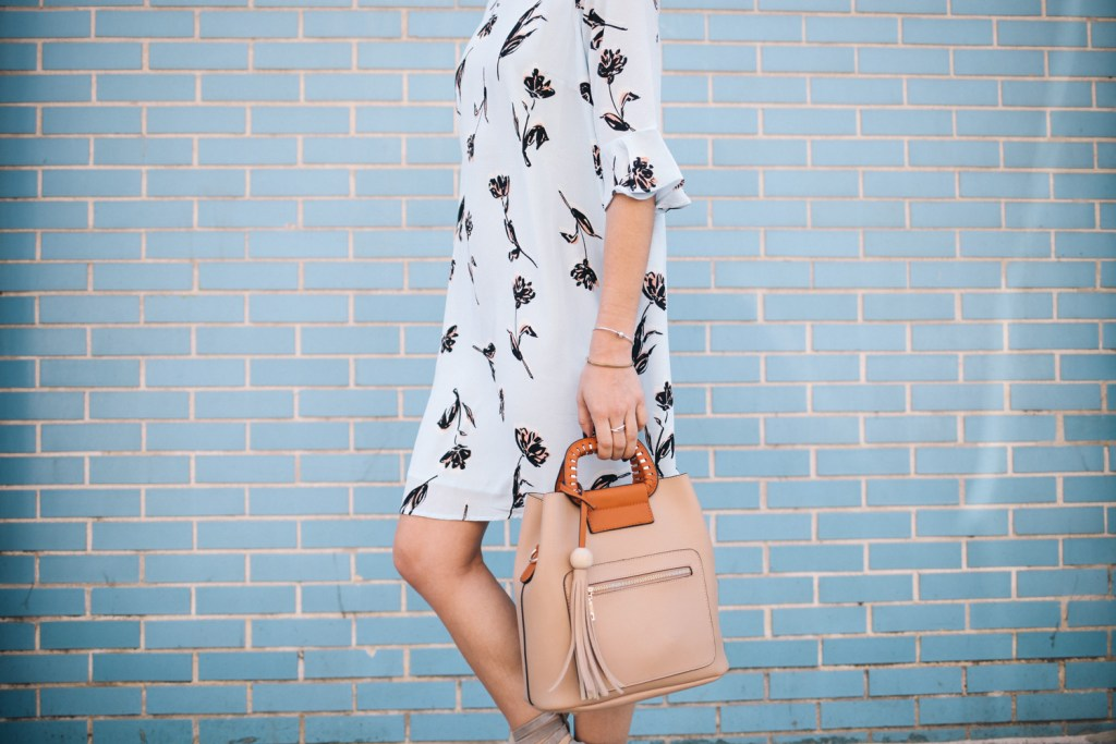 Blogger Mary Krosnjar wearing Blue Floral Dress for Spring and tan Tote bag