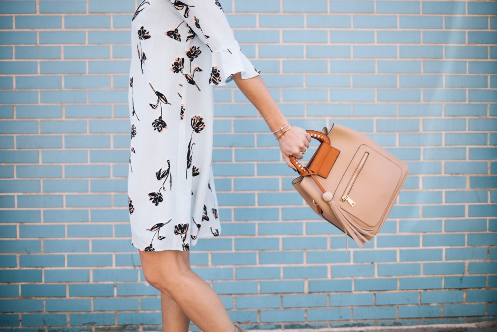 Blogger Mary Krosnjar Blue Floral Dress for Spring and Tan Tote Bag
