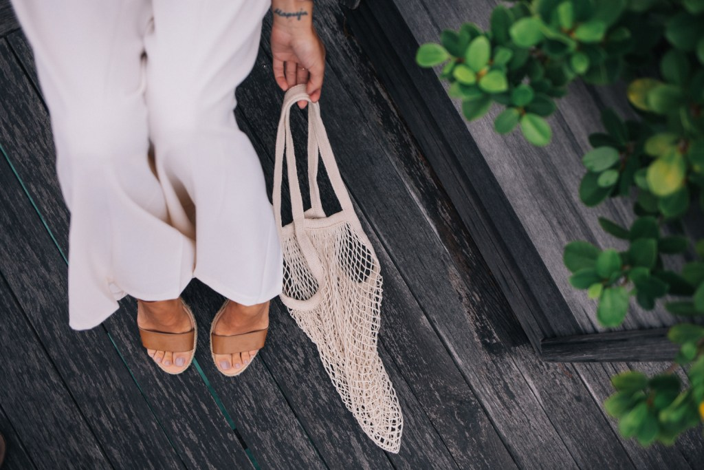 Blogger Mary Krosnjar wearing ASOS White Leg Pleated Pant and Fishnet bag