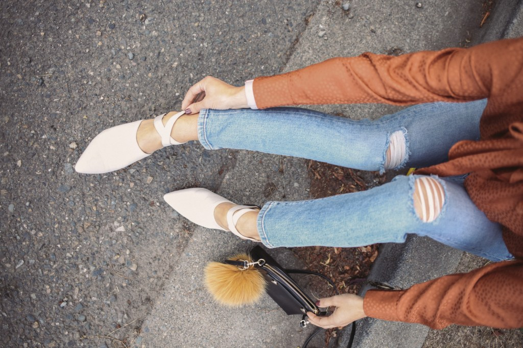 Blogger Mary Krosnjar wearing Banana Republic Girlfriend Denim and Naturalizer Holland Shoe