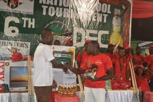 Shehu Bamidele receives third prize from Sports journalist Prince Dornu-Leiku