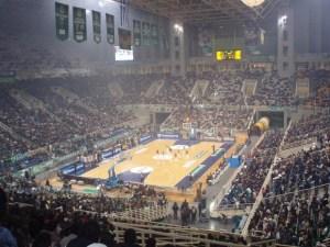 OAKA Arena de Atenas con humo de bengalas