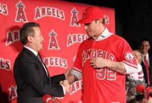 Moreno y Hamilton firmando el contrato por 5 años.