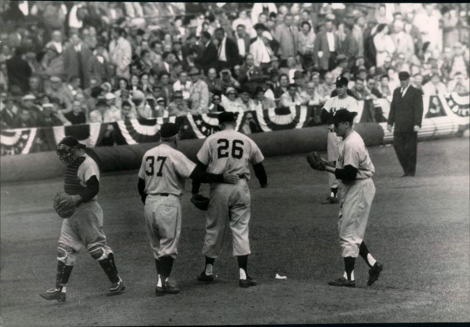 Bob Turley entrando por Ryne Duren en la parte baja del décimo inning durante el sexto partido de las Series Mundiales de 1958