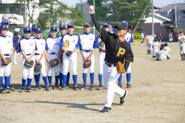 桑田氏が野球を教える様子②