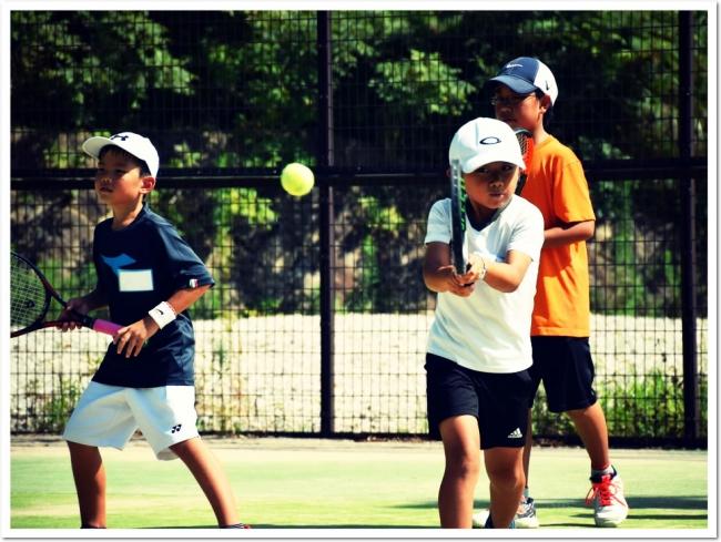 時間がいっぱいの夏休み。お子様が、継続的に運動できる予定や計画はありますか?ITCテニススクールの『夏休み こども短期テニス教室』で技術&体力をパワーアップ!