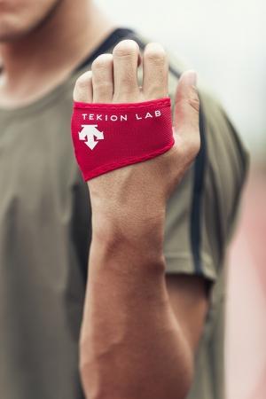 手のひらを冷やすことで暑熱対策につながるグローブを『デサント』ブランドで新開発!