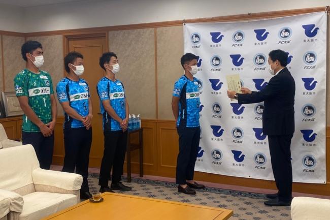 【FC大阪】FC大阪 選手会より東大阪市立の小学校へのアルコールハンドジェルの寄贈並びに東大阪市長への表敬訪問を行いました。