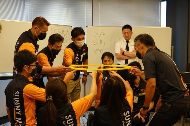 フラフープを活用してチームの一体感を醸成するセッション