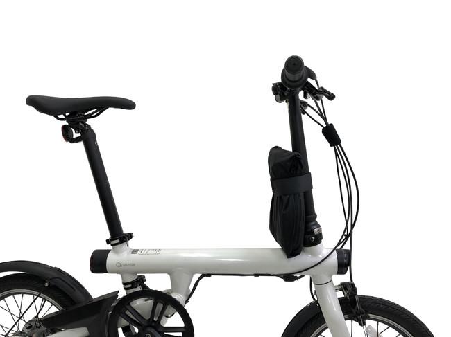 使用しないときは自転車にバンドで固定します
