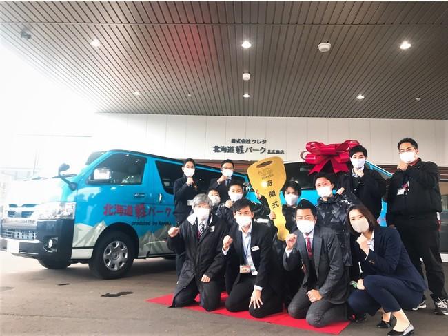 いざ出発!株式会社クレタが北海道大学体育会競技スキー部へ遠征用ラッピングカーを無償レンタル提供いたしました。