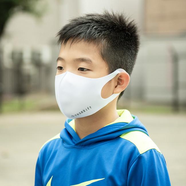 FoseKiftのマスクを付ける男子児童