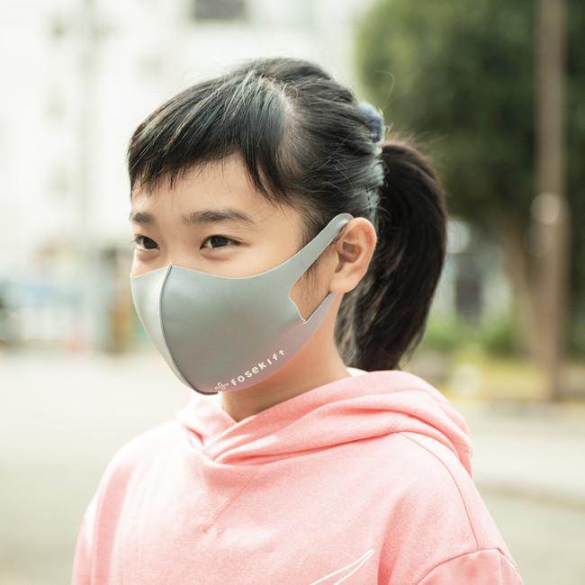 FoseKiftのマスクを付ける女子児童