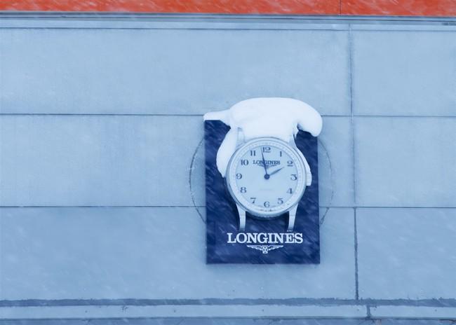各施設の入り口にはロンジンの壁時計が。