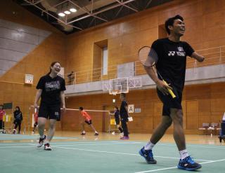 市民とダブルスを組んで練習するインドネシアパラバドミントン代表(2019年)
