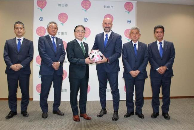 (左から)大友代表取締役社長、下川代表取締役会長、石阪市長、ランコ・ポポヴィッチ監督、唐井GM、三島強化部長