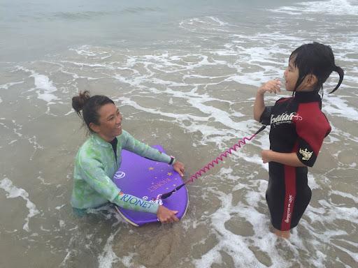 デフキッズを対象にデフスタッフによるボディボードレッスン&コンテスト 「挑戦を恐れない」を海を通して伝える 「Kahului デフキッズボディボード運動会」を開催!