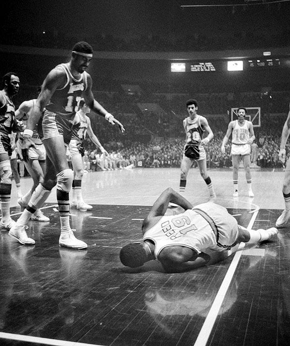 fuente: sportsthenandnow.com Willis Reed cae lesionado ante Wilt Chamberlain, parecía que las posibilidades de conseguir el anillo...se desvanecian