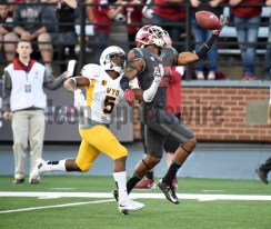 Dom Williams hauled in a 75-yard touchdown that sealed the Cougar victory. (Robert Johnson/Icon Sportswire)