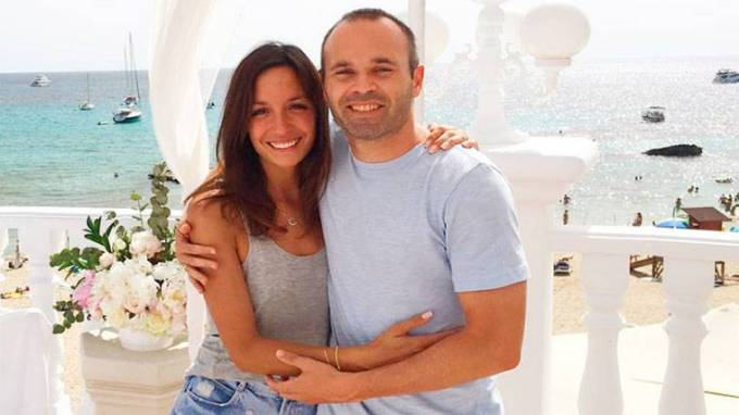 Photo of Andres Iniesta with his wife