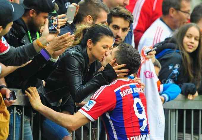 Robert and Anna Lewandowska kiss