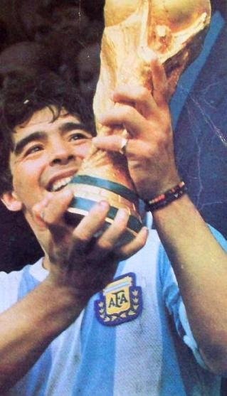 Diego Maradona holding the 1986 FIFA World Cup trophy