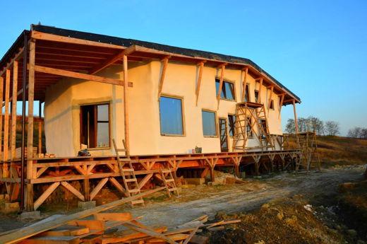 Casa sustenabila: casa din baloti de paie de la Dorohoi
