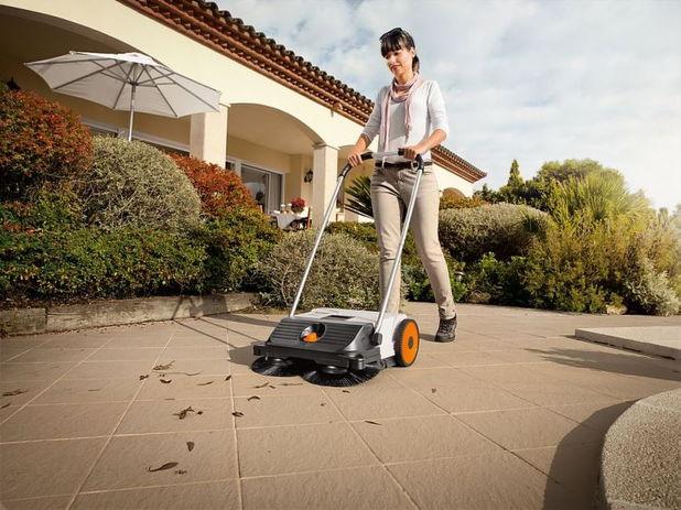 O solutie inteligenta pentru curatat curtea: matura mecanica
