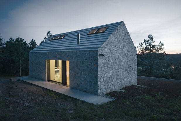Casa de piatra compacta, cu etaj, de 92 mp
