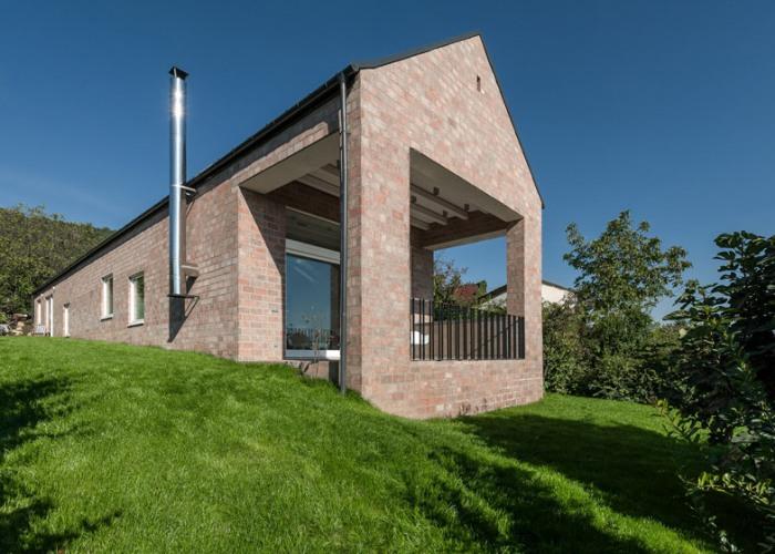 Casa de caramida construita pentru a gazdui o biblioteca lunga de 17 metri