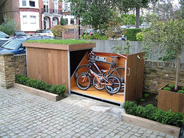 Idei: adapost pentru biciclete, stil sertar, perfect integrat in peisajul curtii