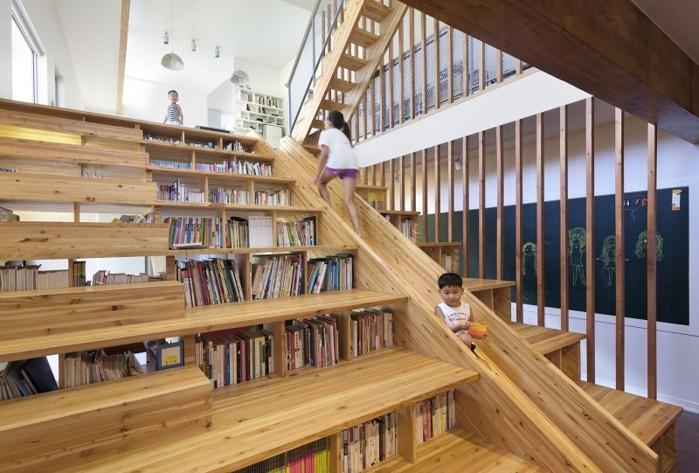O scară interioară transformată într-un spaţiu dedicat jocului şi studiului copiilor