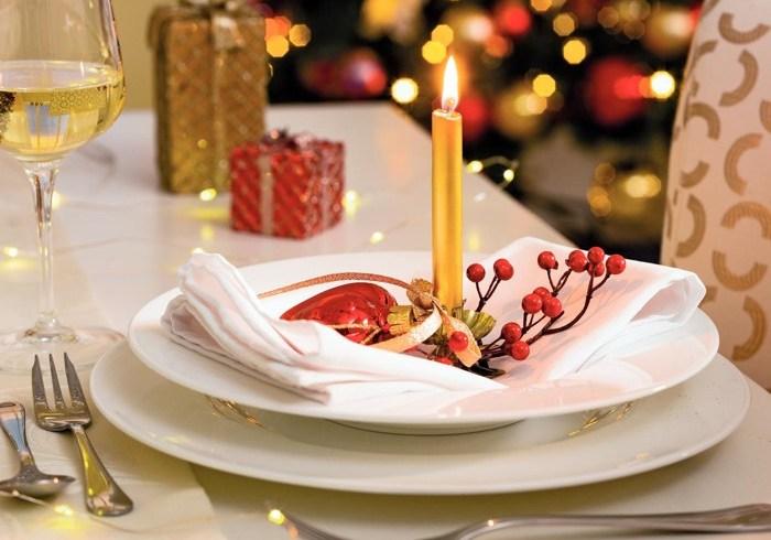 Culori tradiţionale şi accente metalice pentru masa de Crăciun de anul acesta