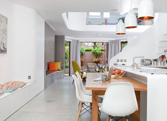 90% din timp în 10% din spaţiu: amenajarea interioară luminoasă a unei case cu 3 nivele