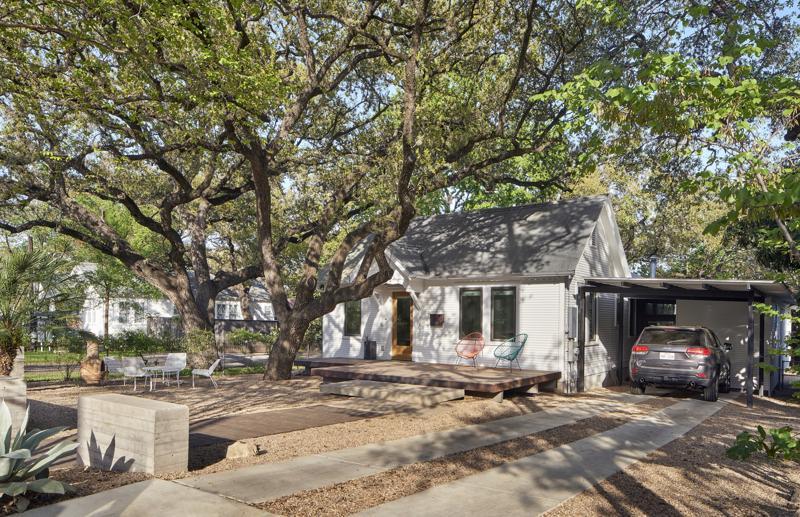 Casa şi grădina renovate şi perfect adaptate împrejurimilor şi obiceiurilor proprietarilor