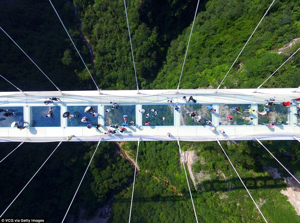Cel mai lung şi mai înalt pod de sticlă din lume