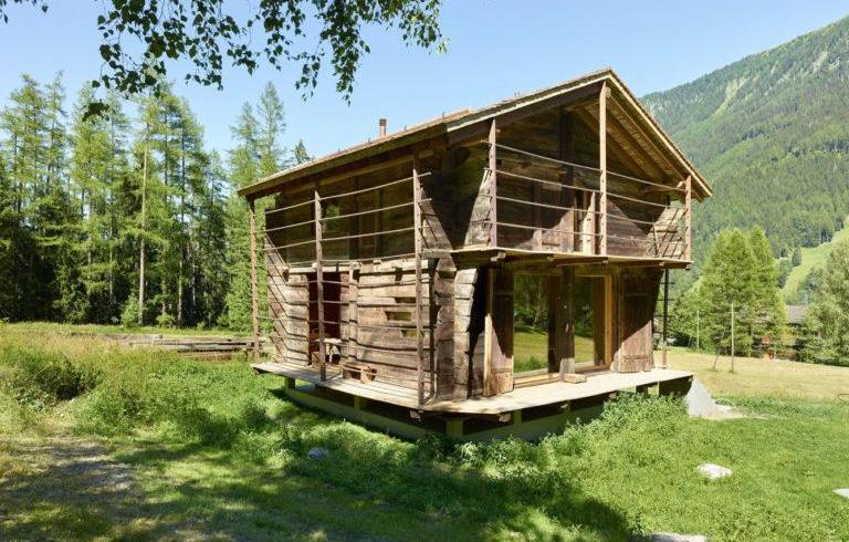 Transformarea unui vechi hambar într-o cabană montană modernă