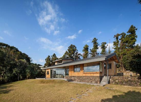 O casă de vacanță confortabilă, cu organizare tradițională șimateriale moderne
