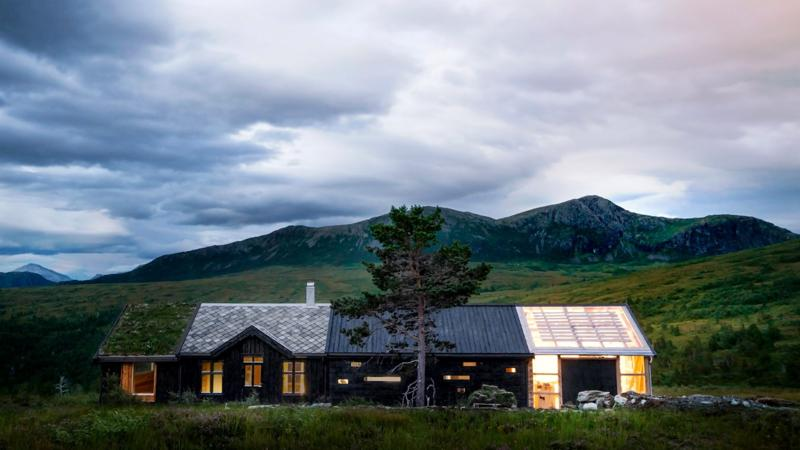 O casă de vacanță spectaculoasă, cu fațade și acoperișuri diferite pentru fiecare secțiune