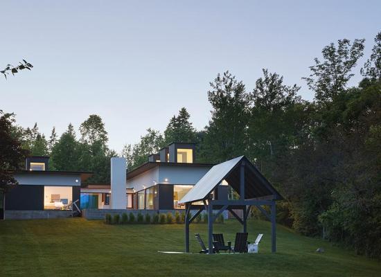 O casă de vacanță din 3 volume de clădire, construită pentru priveliștile din jur